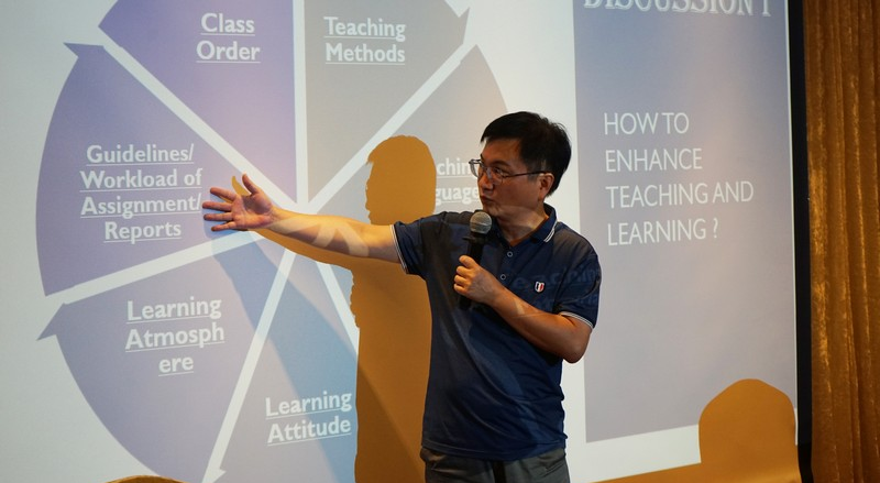 Associate Professor (Practice) James Chang, Associate Dean of School of Communication, moderated the discussion session.
