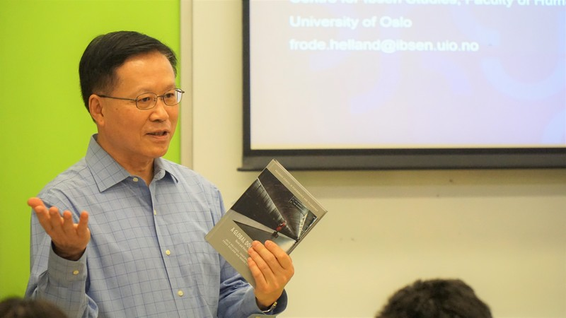 Professor Kwok-kan Tam, Dean of the School of Humanities and Social Science, HSUHK, welcomed the guest, Professor Frode Helland and introduced his book, A Global Doll's House, to the audience.