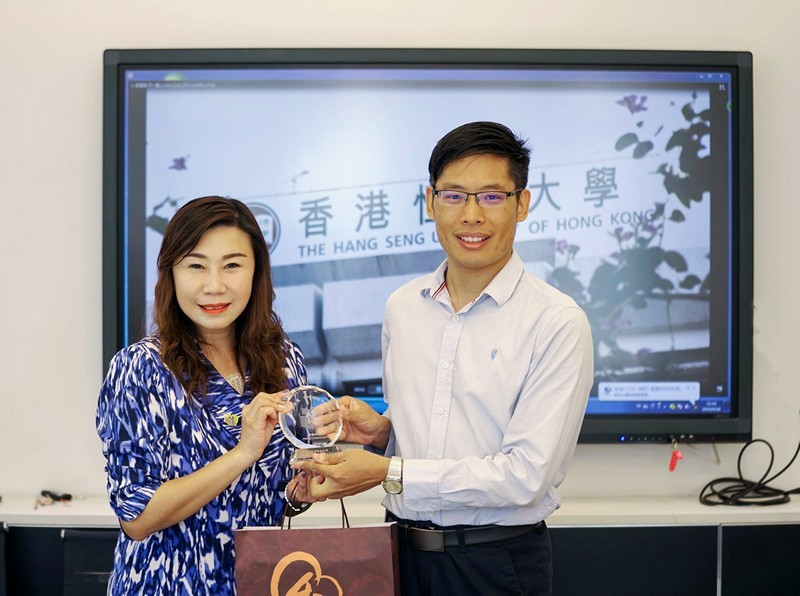 Professor TSO Hung, Associate Vice-President (Communications and Public Affairs) and Dean of SCOM of the HSUHK (left), exchanged souvenirs with Associate Dean Zhao Xinli of the School of Advertising of Communication University of China.