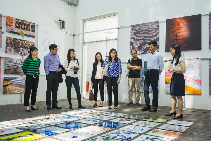 Associate Dean Zhao Xinli accompanied Professor TSO Hung and her delegation to visit the China Advertising Museum.