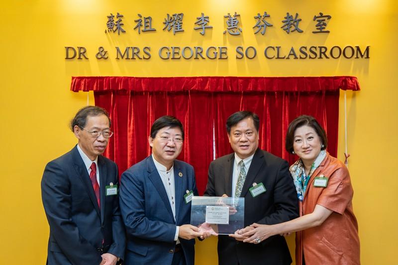 何順文校長及許溢宏教授向蘇祖耀李蕙芬伉儷致送紀念品,以表謝意。