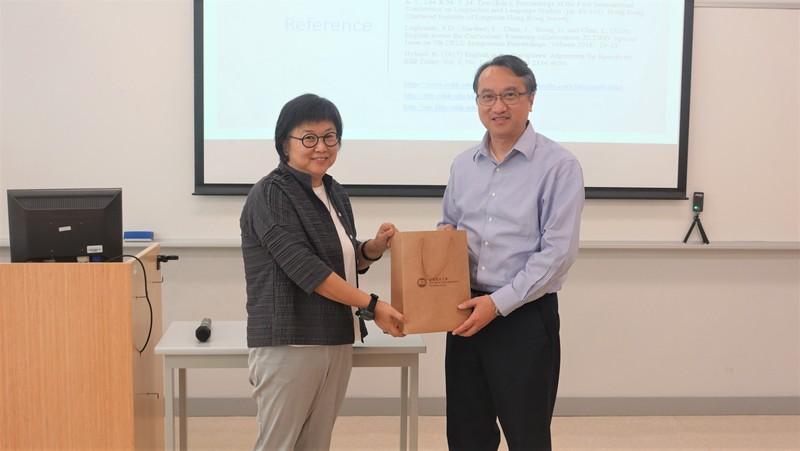 教與學中心主任鄭家明博士(右)致送紀念品給馬博士。