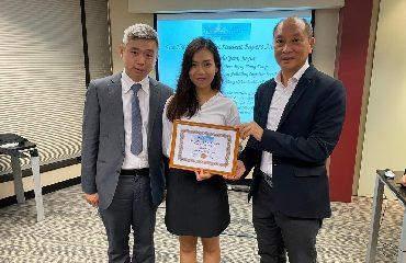 指導老師巫耀榮博士(左)與得獎學生王可欣(中)