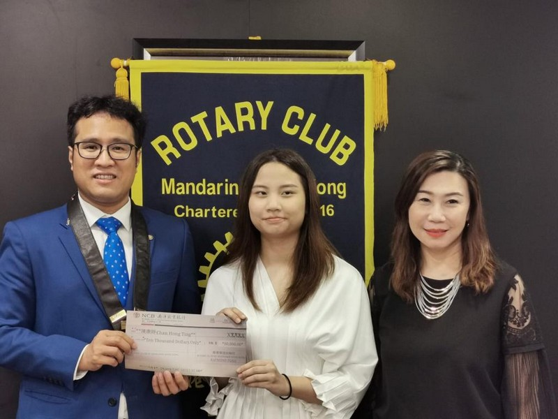 Mr Raymond Fong (left), President of the Rotary Club of Mandarin Hong Kong presents the scholarship to Ms Chan Hong Ting, (middle) Year 3 student of the BA-CMCT programme of SCOM, HSUHK. They take a photo with Professor Scarlet Tso (right), Associate Vice-President (Communication and Public Affairs) and Dean of SCOM, HSUHK.