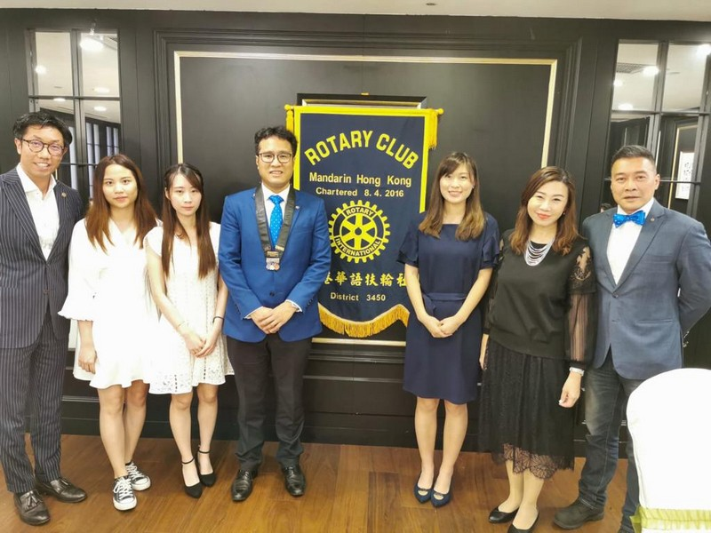 (From left) Mr Kelvin Huang, President-Elect of the Rotary Club of Mandarin Hong Kong; Ms Chan Hong Ting, Year 3 student of the BA-CMCT programme of SCOM, HSUHK; Ms Ling Wing Yi Chloe, Year 4 student of the BJC programme of SCOM, HSUHK; Mr Raymond Fong, President of the Rotary Club of Mandarin Hong Kong; Ms Chan Ka Hei, Year 4 student of the BJC programme of SCOM, HSUHK; Professor Scarlet TSO, Associate Vice-President (Communication and Public Affairs) and Dean of SCOM, HSUHK; Mr Kenny Chue, Vice President of the Rotary Club of Mandarin Hong Kong.