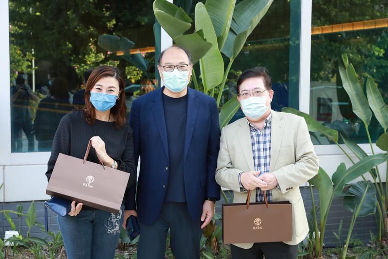 Dr Lam presents souvenirs to Professor Tso and Professor Chiu