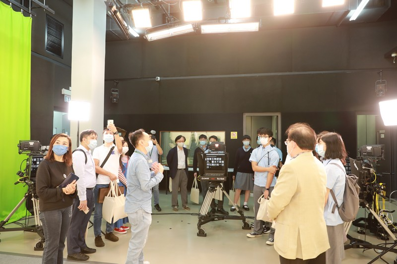 The guests visit the School's state-of-the-art teaching and learning facilities.