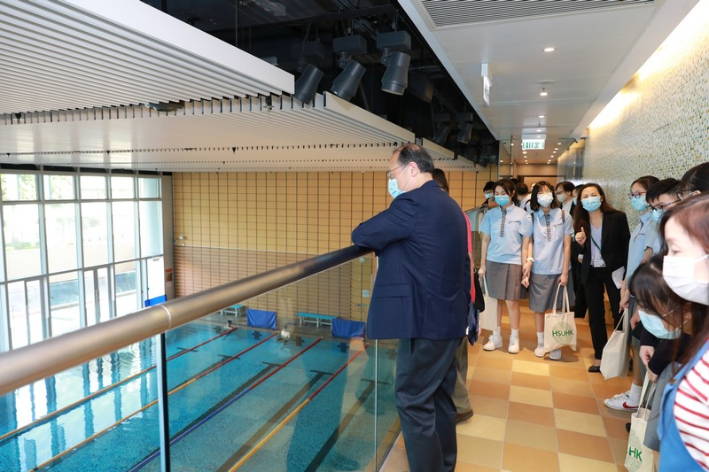 The guests visit the library and the indoor swimming pool at HSUHK
