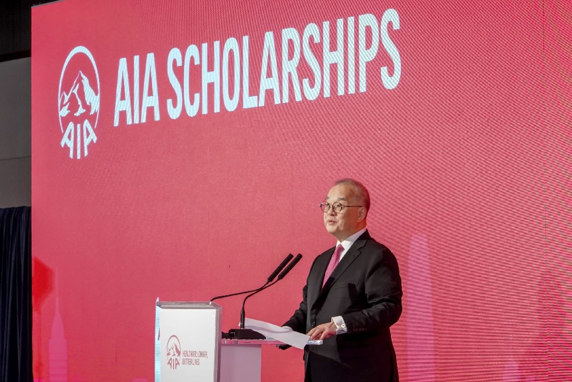 Dr Moses Cheng, HSUHK Council Chairman and Chairman of the Insurance Authority, gives a speech.