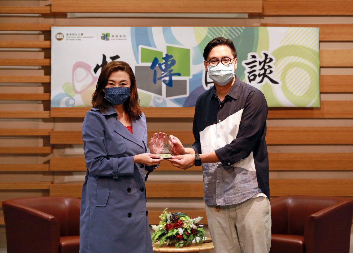 Professor Tso presents a souvenir to Mr Lau.