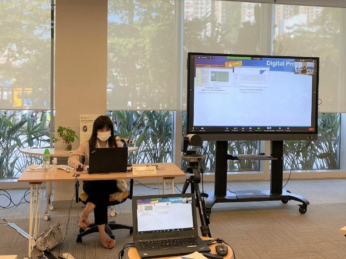 王信嫺女士展示數位人文項目的例子。