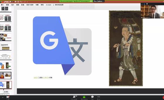 蕭博士向觀眾展示歷史檔案及文物資料。