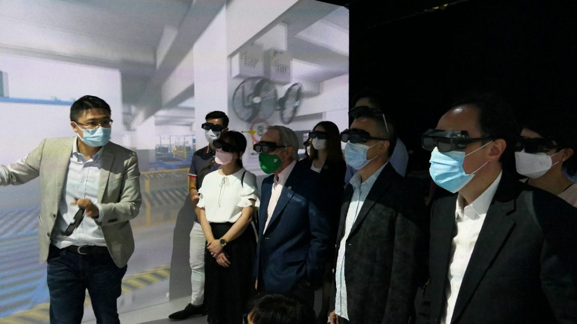 The delegation is overwhelmed by the virtual tour of the Air Terminals, kindly guided by Dr Eugene Wong, Associate Professor of the Department of Supply Chain and Information Management, at the Virtual Reality Centre.